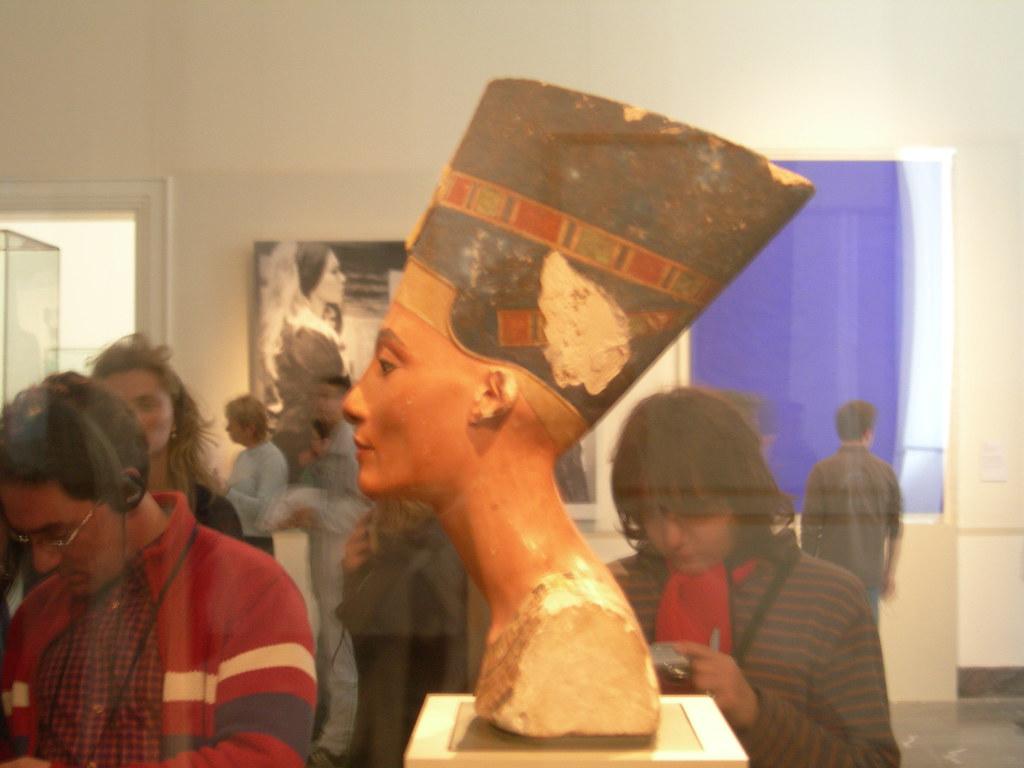 Nefertiti (Izquierda)