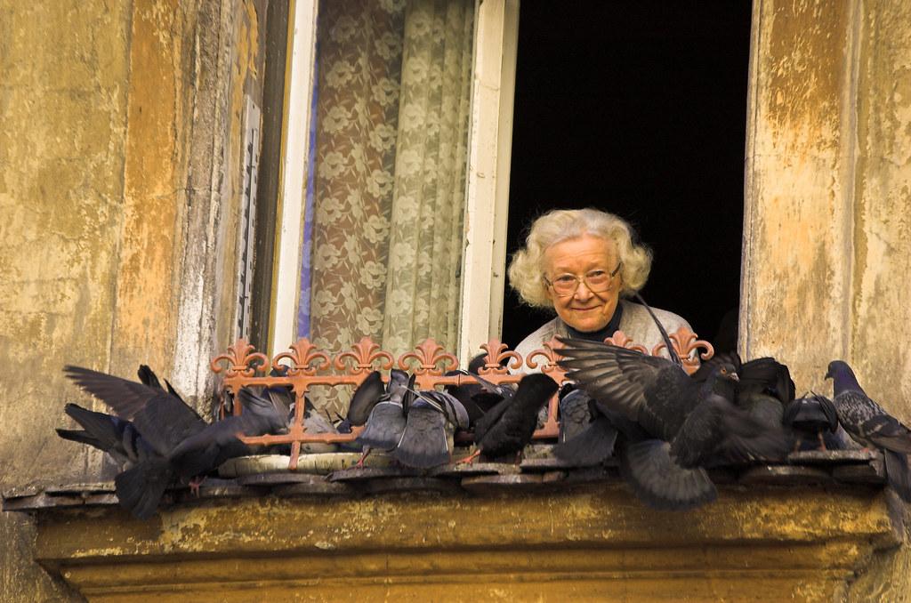La grand mère aux pigeons à Kazimierz - Photo de Christopher Walker @ Flickr