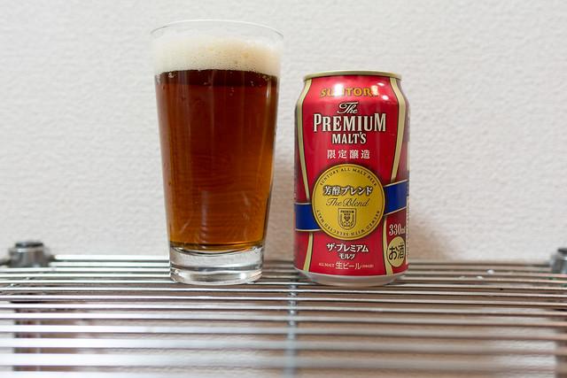 芳醇ブレンドをグラスに注ぐ。赤褐色のビール