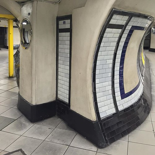 Twisting and turning under Clapham Common. #desertedlondon #london #claphamcommon #iPhone #igerslondon #shutup_london #ilovelondon #londonpop #tube_london #londontube #instagood #love