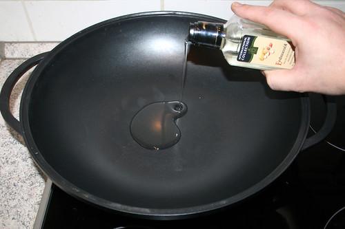 40 - Erdnussöl in Wok erhitzen / Heat up peanut oil in wok