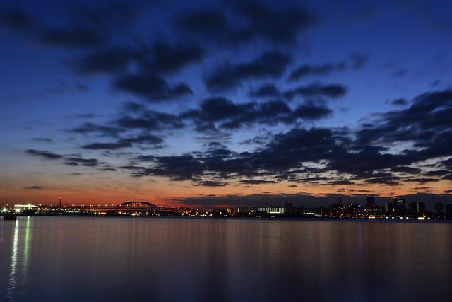 ハーバーランドから神戸大橋・ポートアイランド越しの夜明けの空を撮った写真