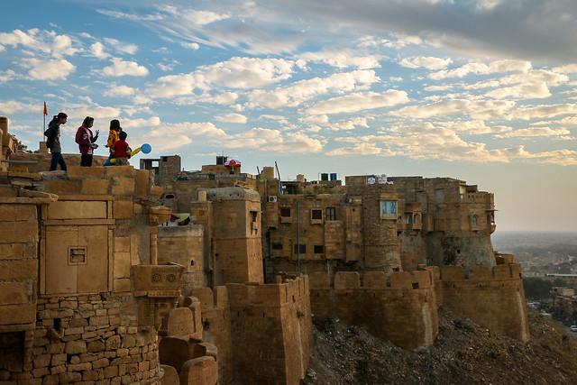 Playing kids living in Jaisalmer Fort, Jaisalmer, India ジャイサルメール・フォート内に住む子どもたち