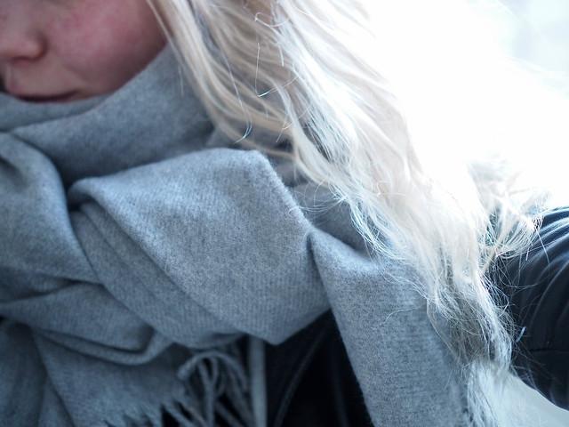 PC069201harmaahuiviGrayscarf.jpg, wool scarf, villa huivi, iso paksu lämmin huivi, chunky wool scarf, gray scarf, harmaa huivi, vaalean harmaa huivi, talvi asusteet, winter accessories, cozy big scarves, isot mukavat huivit,