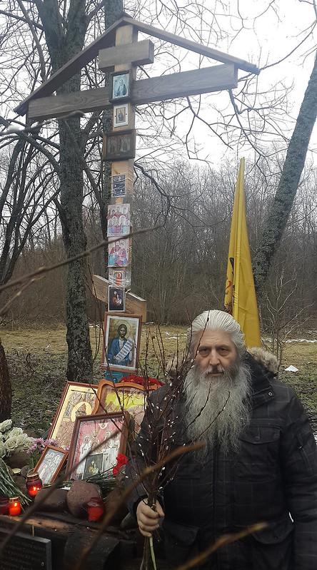 Ноогодняя верба у памятного креста Григорию Распутину