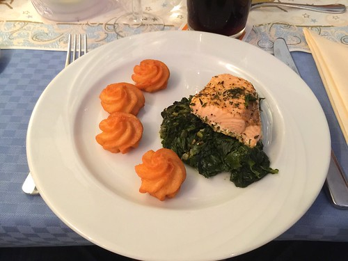 Salmon on leaf spinach / Lachs auf Blattspinat