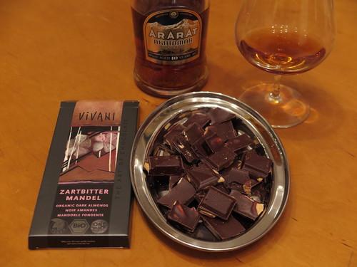 Zartbitter-Mandel-Schokolade (von Vivani) zum armenischen Weinbrand (Ararat Akhtamar, 10 Jahre)