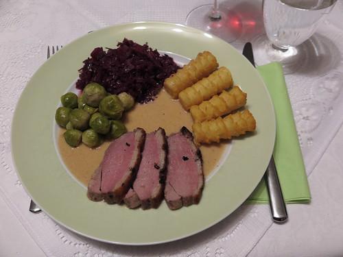 Entenbrustfilet mit Rotkohl, Rosenkohl und Kroketten (mein 1. Teller)