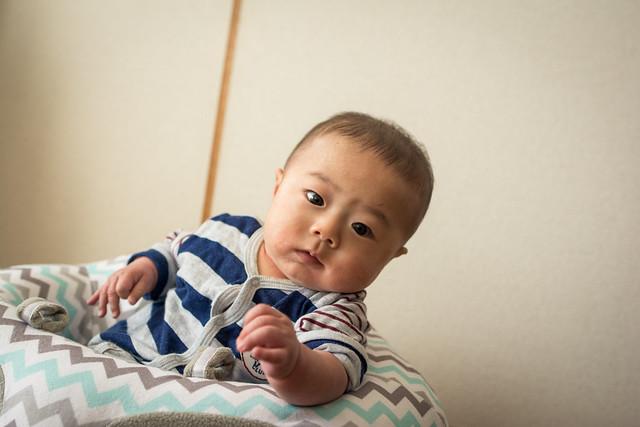 ハガブーでおすわりの練習をして満足そうな赤ちゃん