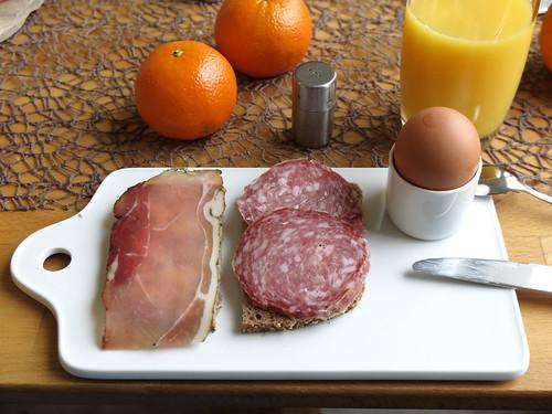 Schinkenspeck und Rote Wurst auf Einkornbrot zum Frühstücksei
