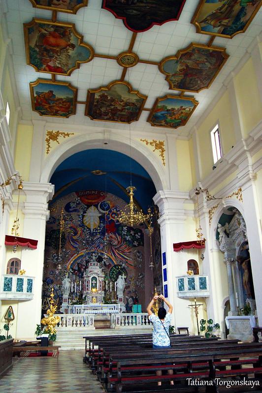 Внутри церкви, общий вид