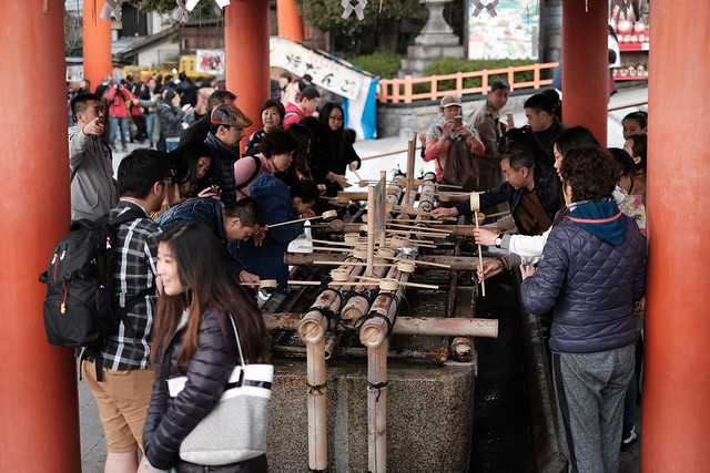 Chinese people learning how to use water ablution(手水)@Fushimi Inari, Kyoto