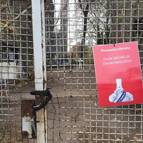 Ich will hier rein! Doch nö, Journalisten bitte warten bis 10.15... - #gmd16 #GuideMichelin2016 #michelin #guidemichelin #restaurants #sterne #étoiles #berlin #muddastadt #hauptstadt #urban #igersberlin #igersgermany #germany #weilwirdichlieben #visit