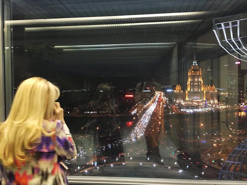 Телефонный разговор на фоне Москвы