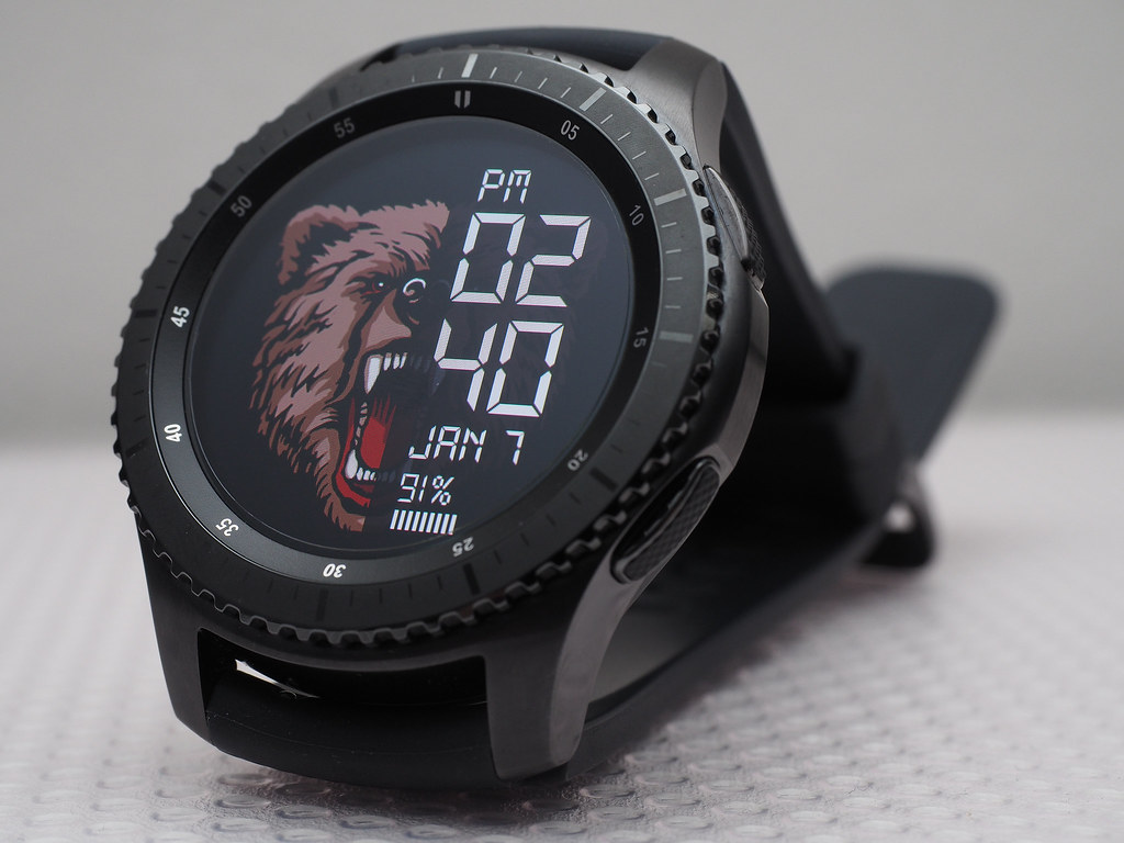 Samsung Gear S3 Frontier front view. Face: Animal Watch.