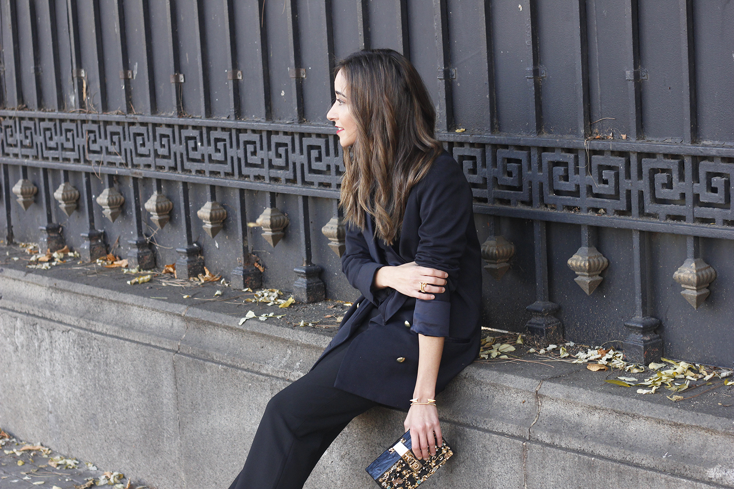 Black trousers with a ruffle on the bottom uterqüe bag accessories black heels blazer outfit style fashion09