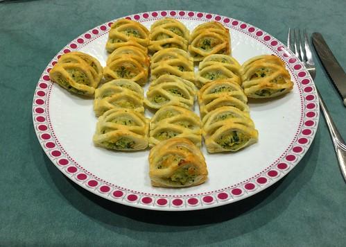 Puff pastry stuffed with salmon & spinach / Blätterteig-Stückchen mit Lachs-Spinat-Füllung