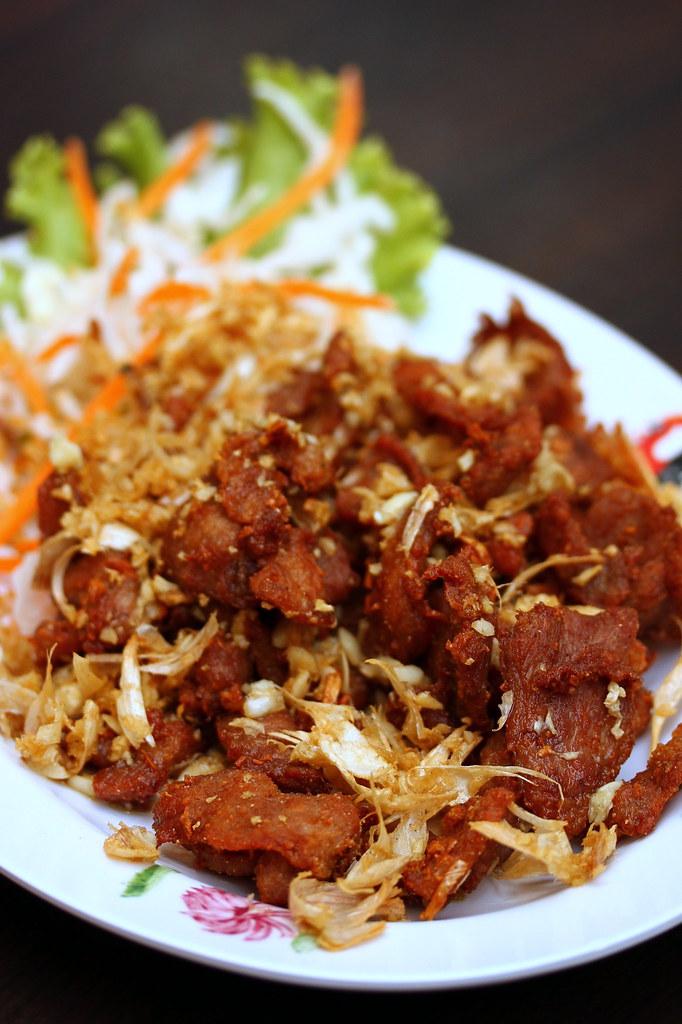 thai-gold-food-deep-fried-pork-with-garlic