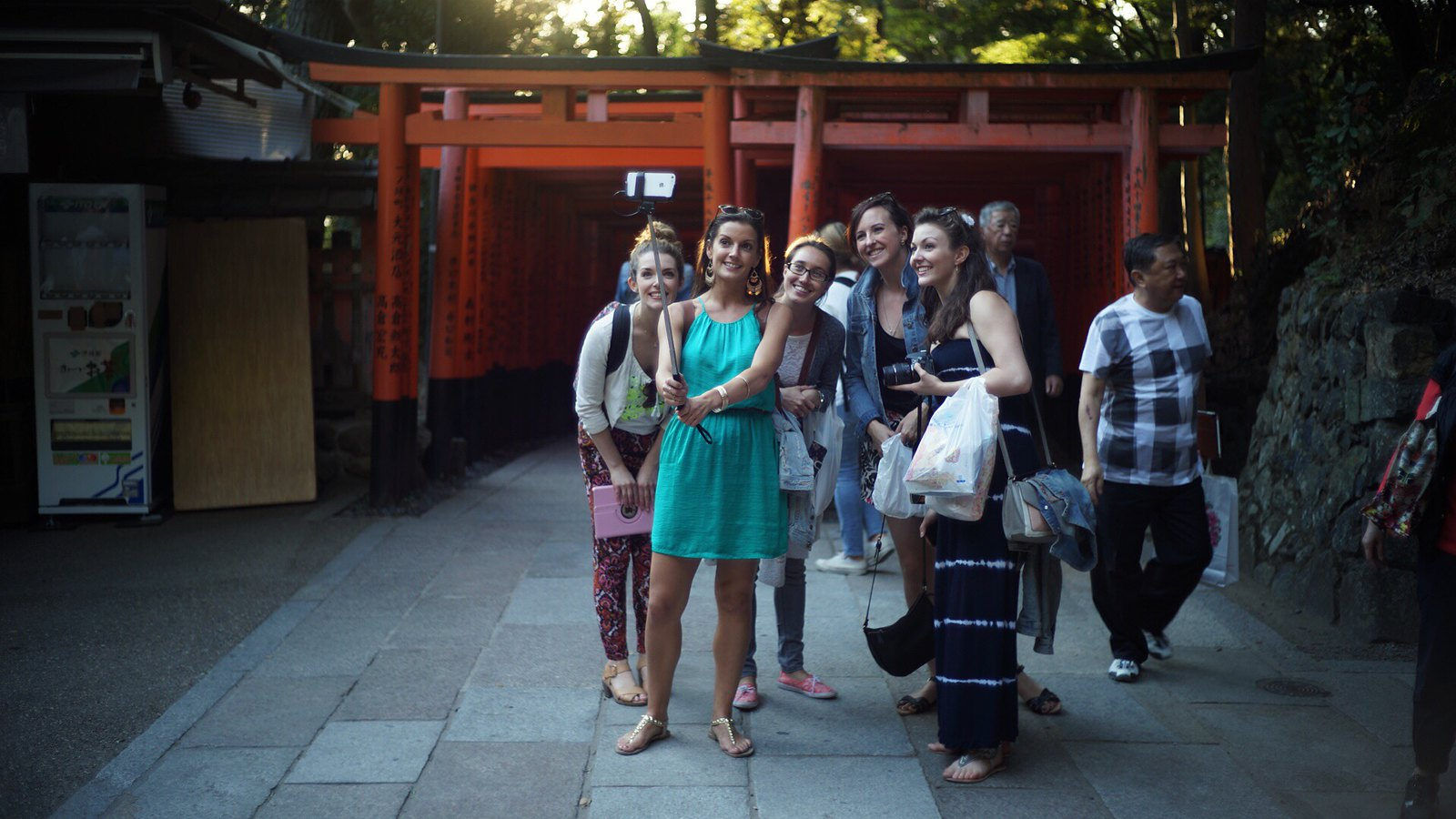 Lassies' Selfie Stick Group Photo. #SonyA7 #Voigtlander40mm #foto #japan15 #inari #Kyoto