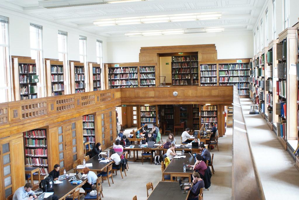 Salle de bibliothèque de la Senate House library à Londres.