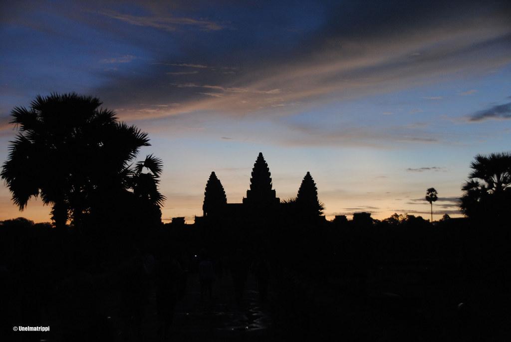 Angkor Watin siluetti auringonnousussa