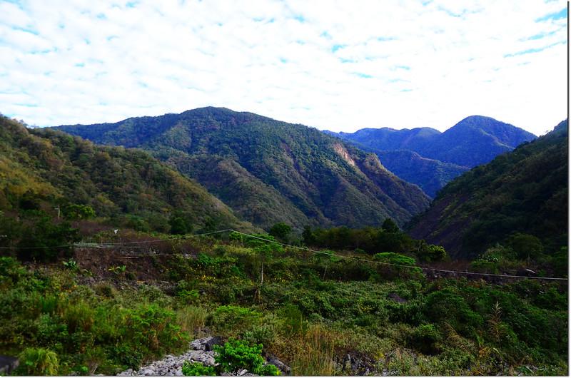 梅蘭林道東北望獅子尾山(L)、荖濃山(R) 1
