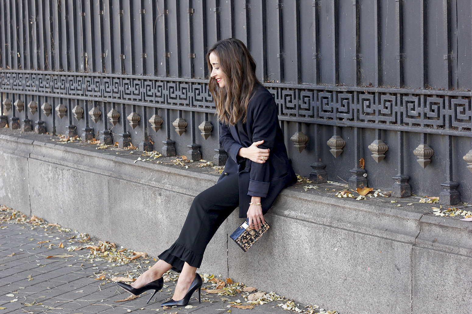 Black trousers with a ruffle on the bottom uterqüe bag accessories black heels blazer outfit style fashion15