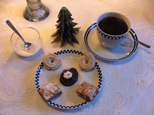Marzipan-Aprikosen-Praline, Berliner Brot und Vanillekringel zum Kaffee