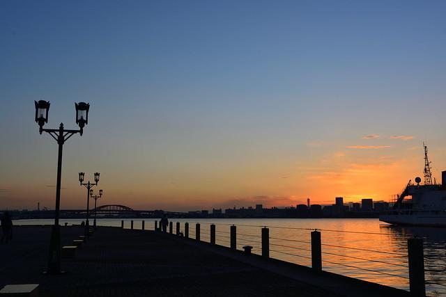 ハーバーランドから見る夜明けの空の写真