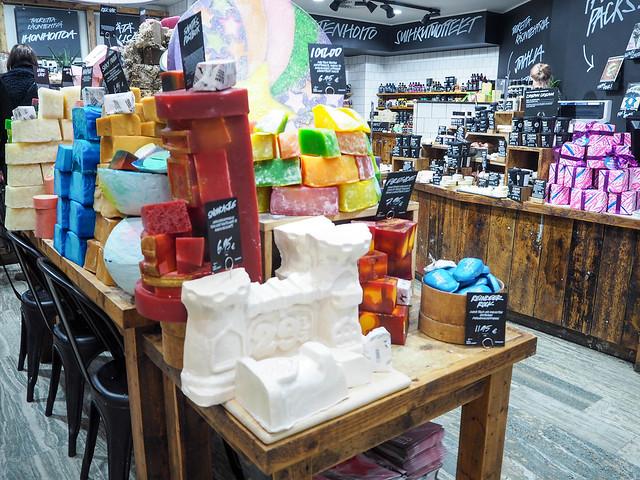 PB187895.jpgLushLiikeHelsinkiSuomi, lush, helsinki, finland, suomi, shop, kauppa, store, saippuat, soaps, soap, saippua, sweet, makea, herkullinen, delicious, kimaltaa, sparkling, tuoksut, scent,