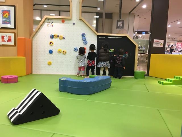 被磁性建構片與黑板牆吸住的孩子們