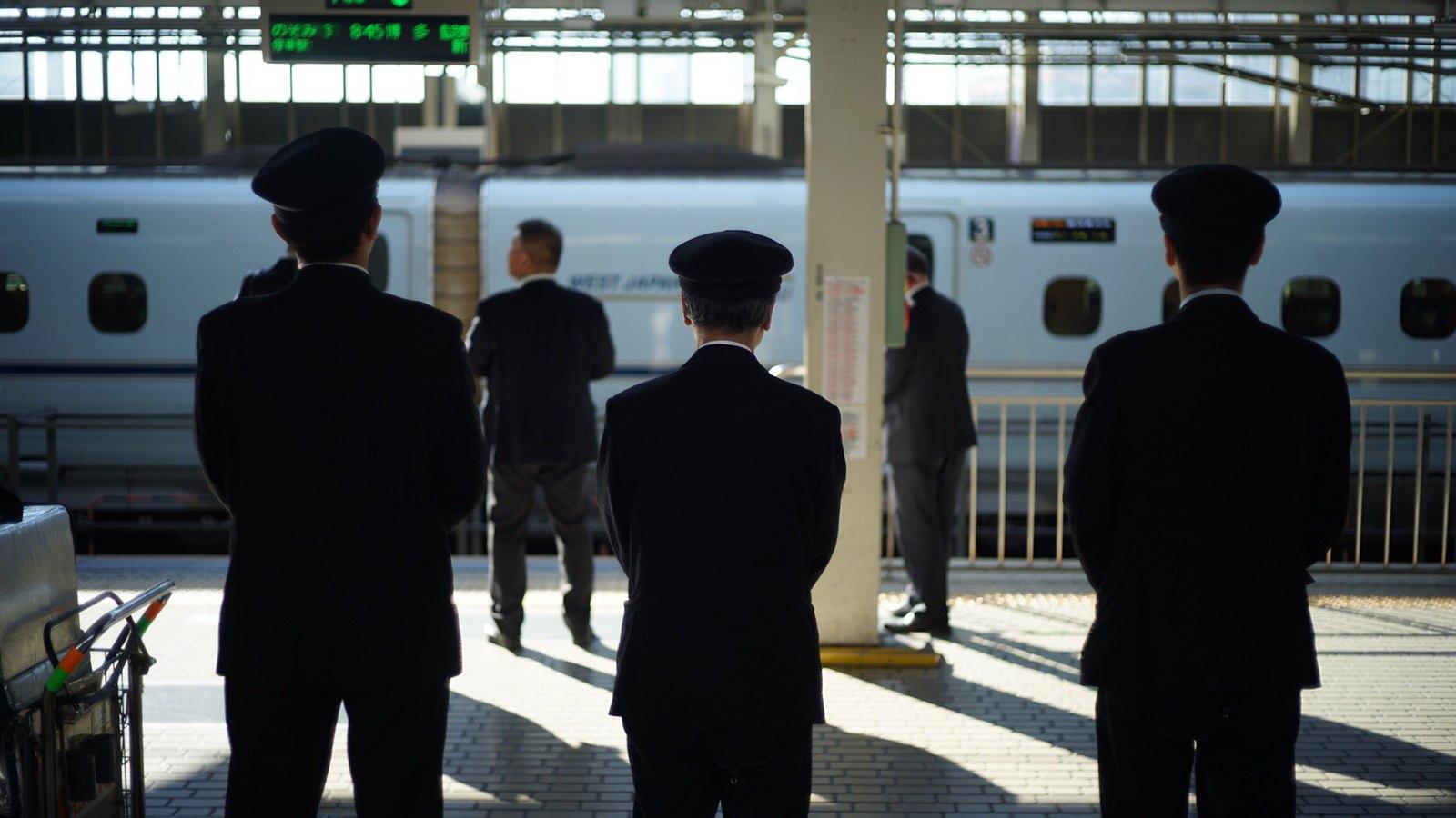 Shinkansen Crew #japan15 #foto #SonyA7 #Voigtlander40mm