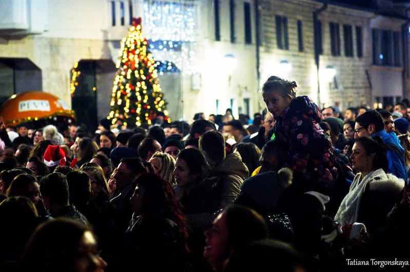 Толпа на площади Николы Джурковича в новогоднюю ночь