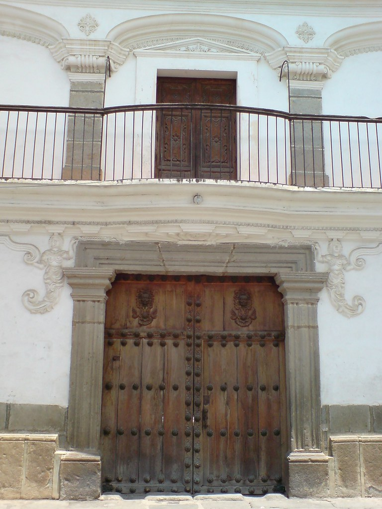 Puerta y balc n de la casa de las sirenas antigua guatema for Puertas blindadas antigua casa gutierrez