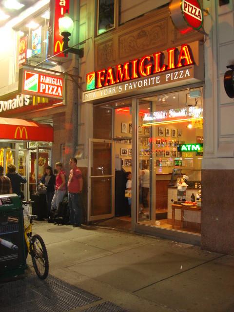 Famiglia pizza 8th ave new york sergio calleja life for Casa famiglia new york