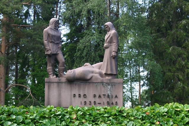 Estatua en el cementerio de Rovaniemi