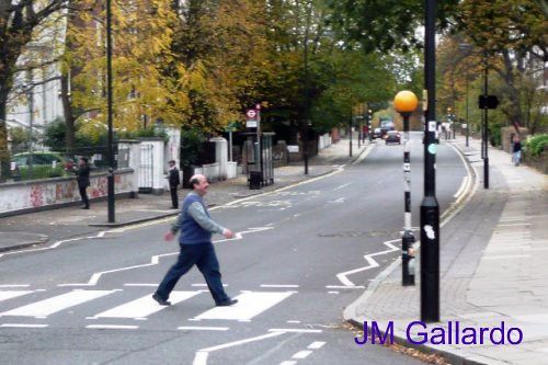 London - Polycarpio (fan de los Beatles) cruzando Abbey Road | by Polycarpio