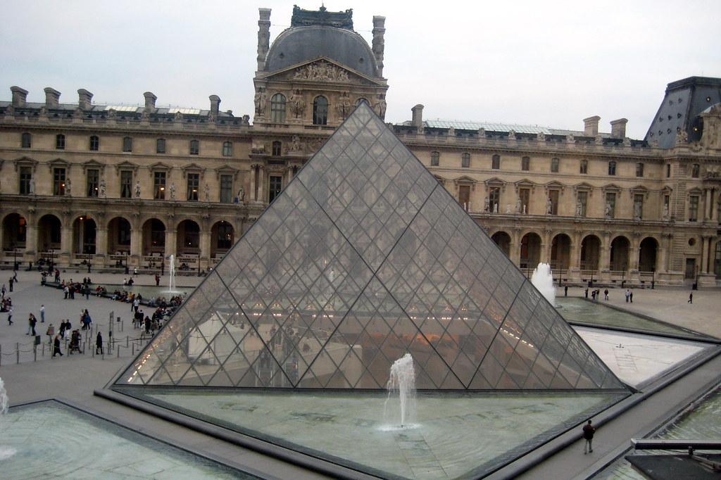 Paris mus e du louvre la pyramide la pyramide du louvr flickr - Pyramide du louvre 666 ...