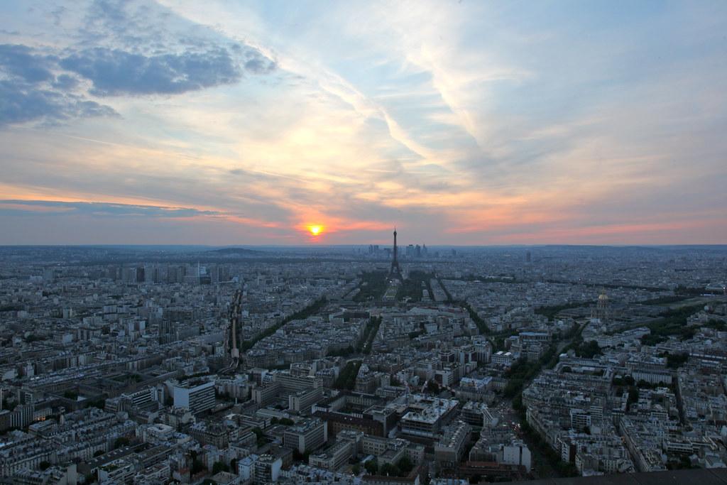 Paris skyline eiffel tower as seen from the tour for Soggiornare a parigi
