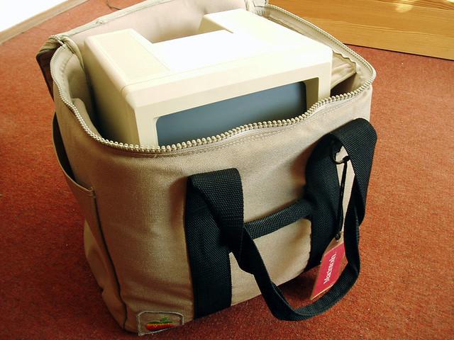 Macintosh en el interior del bolso.