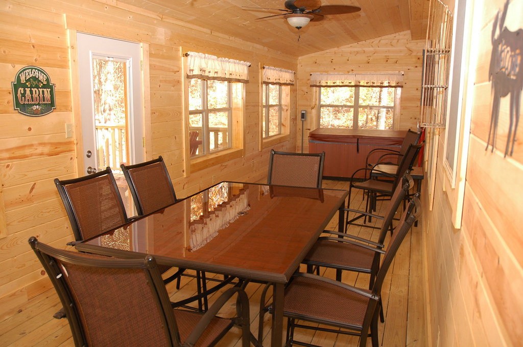 Hottub2 bear pause cabin of brown county getaways hot for Ponte coperto cabina brown county