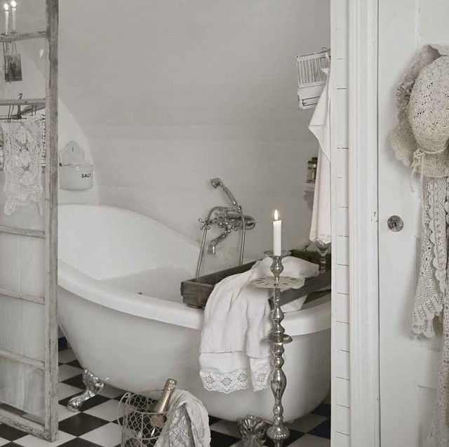 White shabby chic country style romantic bathroom for French shabby chic bathroom ideas