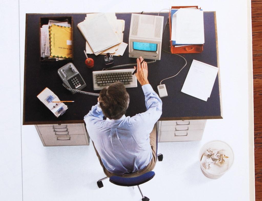 Manual del Macintosh. Poco espacio en el escritorio, mucho espacio para todo lo demás.