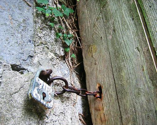 Jardin secret une vieille porte en bois une chaine et for Vieille porte en bois