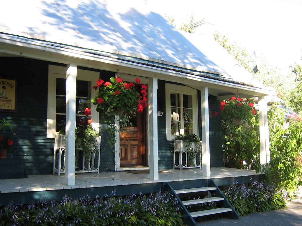 Vieille maison bleue avec g raniums suspendus vieille mais flickr - Maison bleue mobel ...
