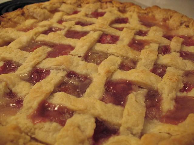 Lattice crust rhubarb pie | Details on the lattice pie crust ...