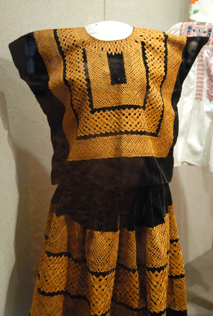 Tehuantepec Costume | This huipil and skirt costume would ...