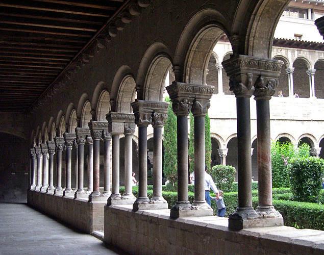 Monestir de Santa Maria de Ripoll  Claustre del monestir Mé…  Flickr