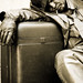 Uomo su valigia