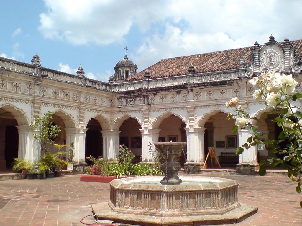 Patio fuente y arcada de la universidad de san carlos de - Fuente para patio ...